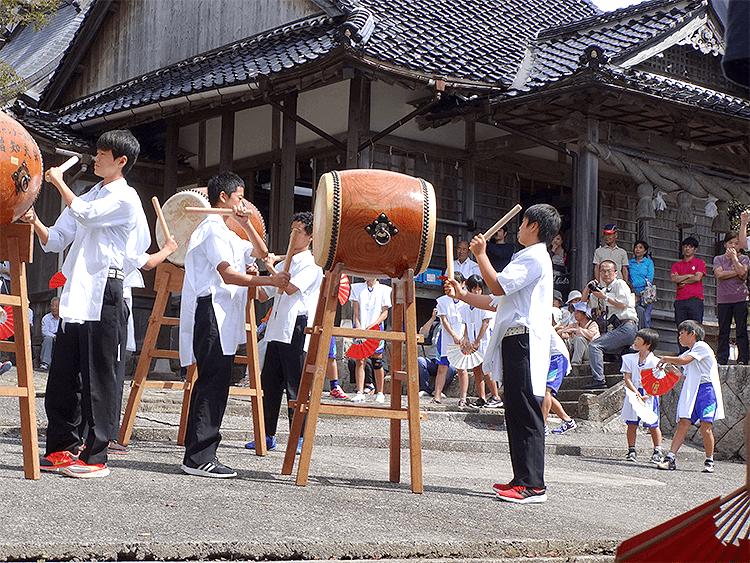 どっさり祭りで太鼓を叩く生徒たち