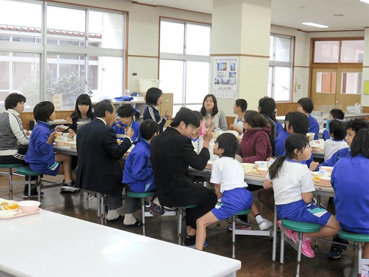 給食を児童生徒、職員で食べる姿